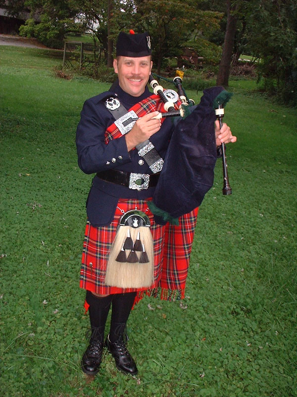 Bagpiper Images of BagPiper Paul Cora in full regalia